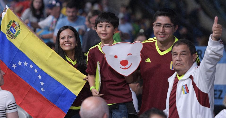 Falta pouco! Venezuelanos mostram bom humor na arquibancada do Maracanã