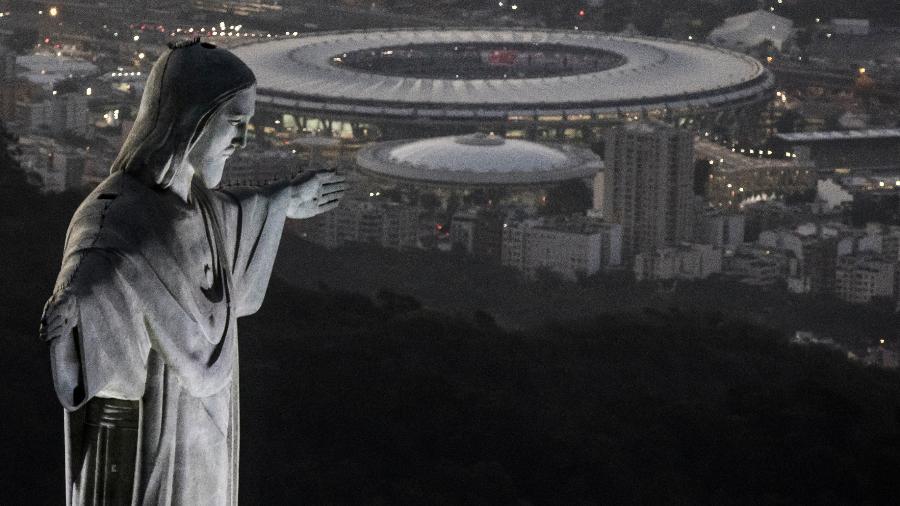 Maracanã é fotografado ao fundo do Cristo Redentor; futebol do Rio é o que mais demite técnicos no século - Buda Mendes/Getty Images