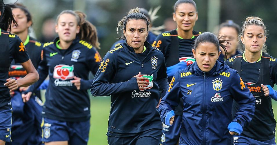 Marta, jogadora da seleção brasileira, treina com a equipe para a Rio-2016