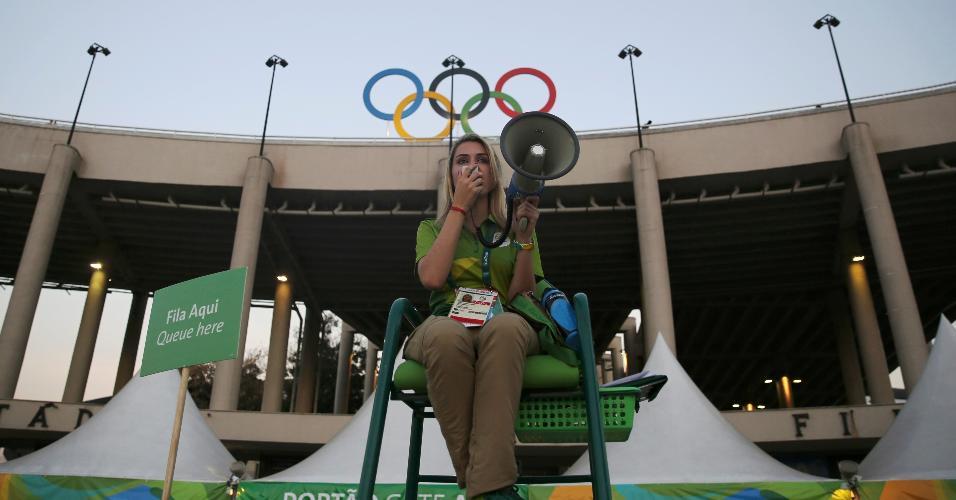 Voluntária orienta torcedores no Maracanã