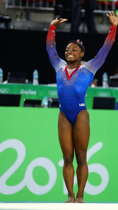 Simone Biles celebra após apresentação na final de solo na ginástica olímpica - Mike Blake/Reuters
