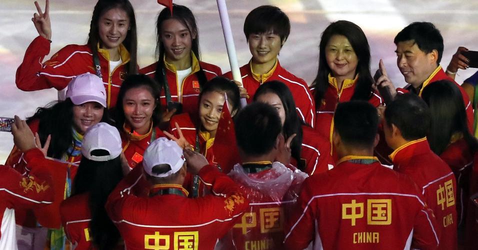 Integrantes da delegação chinesa posam para foto durante a festa