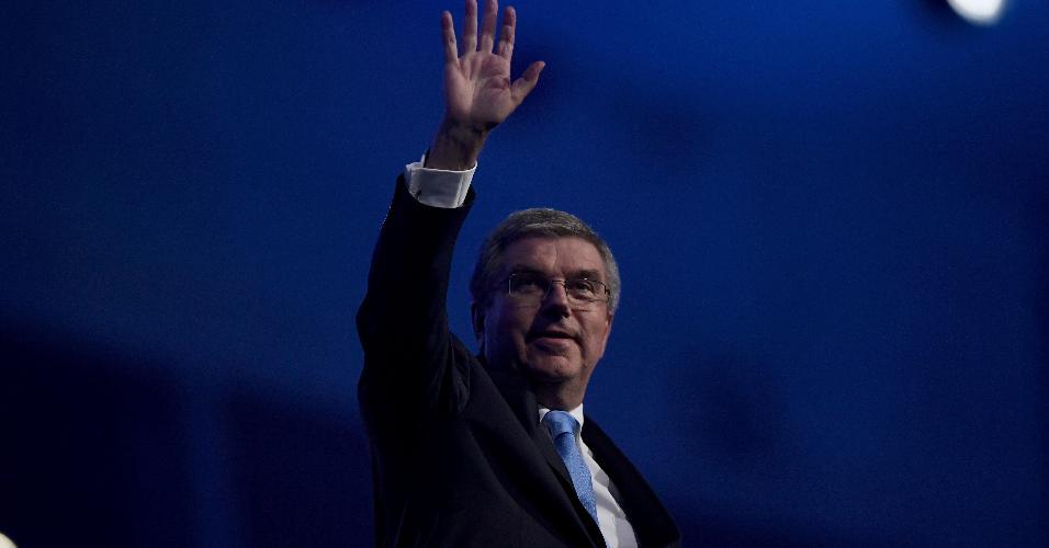 Thomas Bach, presidente do COI, acena para o público ao ter seu nome anunciado no sistema de som do Maracanã
