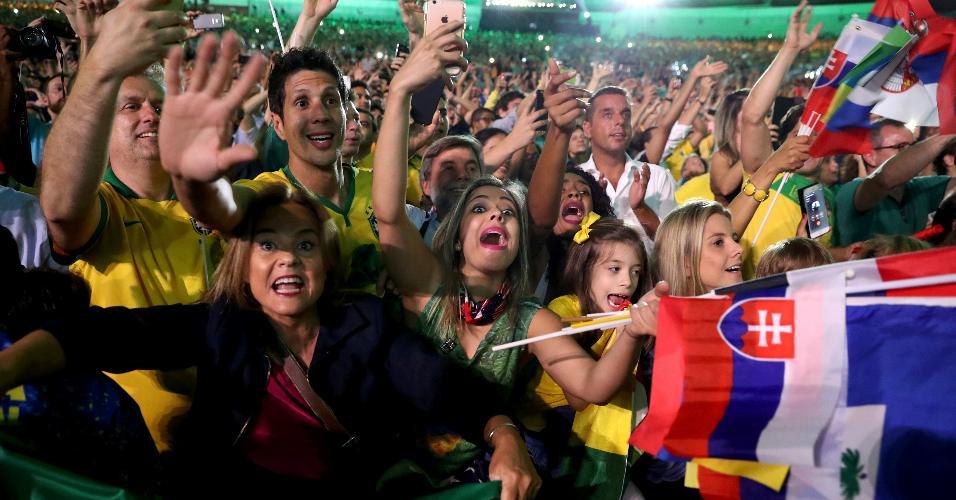 Brasileiros e eslovacos acompanham a cerimônia de abertura da Olimpíada do Rio de Janeiro