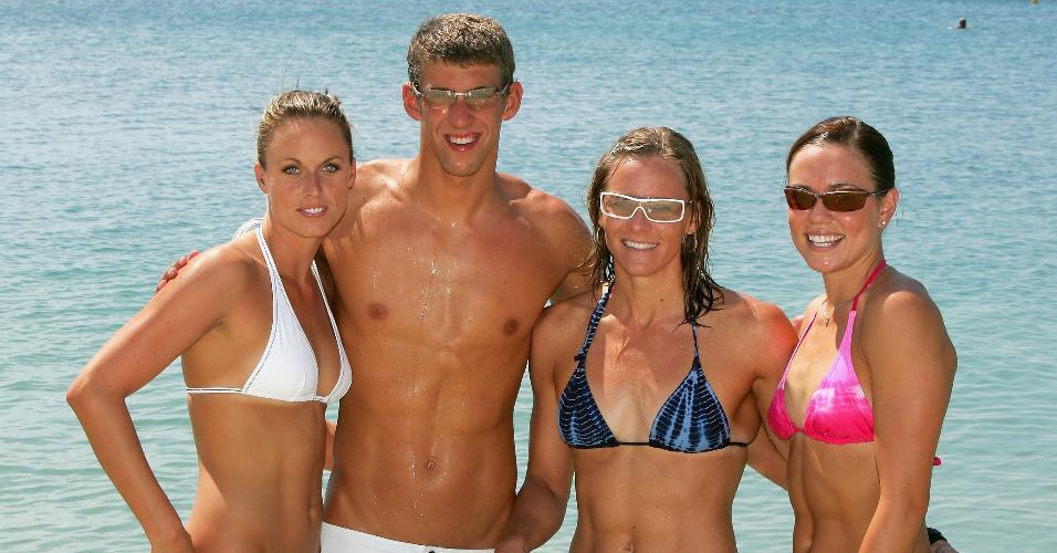 Michael Phelps posa para fotos com as nadadoras Amanda Beard, Jenny Thompson e Natalie Coughlin