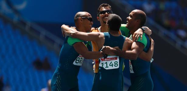 Brasileiros comemoram conquista do ouro no revezamento 4 x 100 na Paraolimpíada do Rio