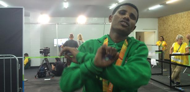 Etíope Tamiru Demisse realiza protesto contra o seu governo após ganhar a prata nos 1.500m