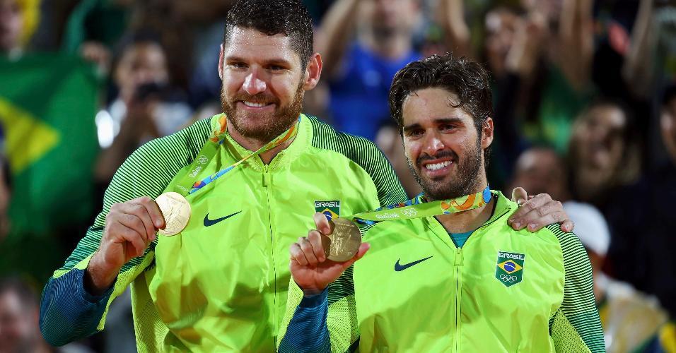 Alison e Bruno Schmidt exibem as medalhas de ouro no pódio