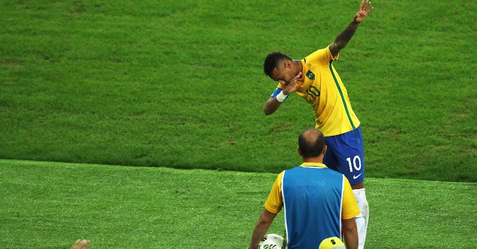 Neymar faz uma homenagem ao jamaicano Usain Bolt, que acompanha a partida no Maracanã