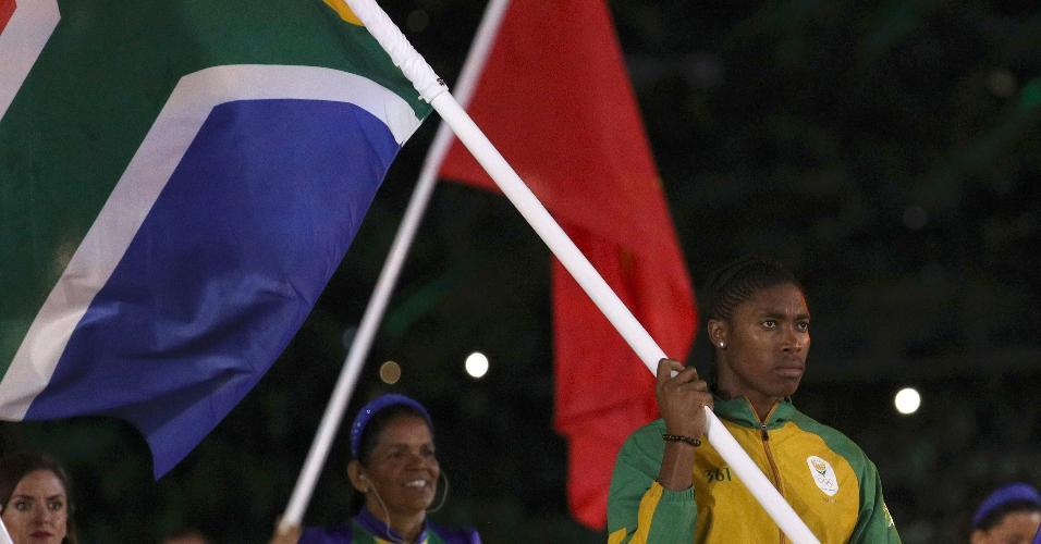 Medalhista de ouro nos 800 metros e pivô de uma grande polêmica no atletismo, Caster Semenya entrou no gramado com a bandeira da África do Sul
