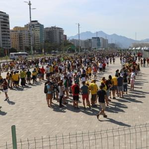 Enquanto imprensa enfrenta fila para comer, público pena para entrar no Parque Olímpico - Geraldo Bubniak/AGB