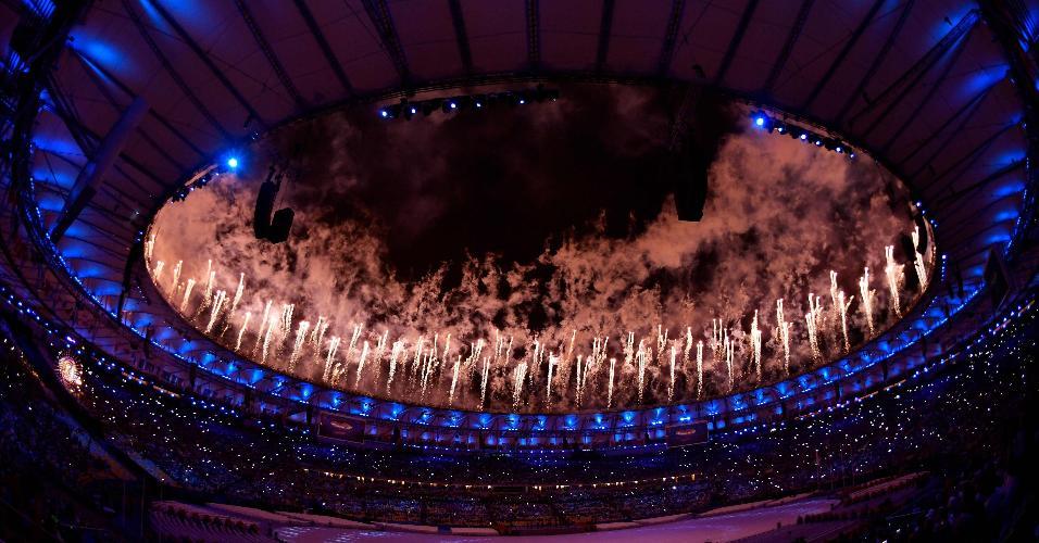 Fogos de artifício dão início à cerimônia de encerramento da Rio-2016