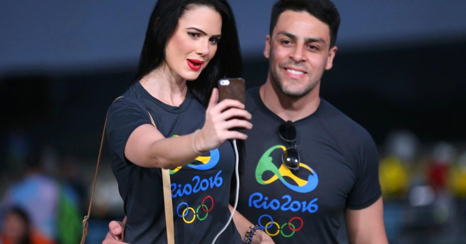 Casal posa para selfie no estádio. Pau de selfie foi proibido pela organização da Rio-2016