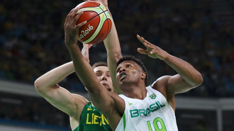 Leandrinho durante jogo da seleção brasileira  - REUTERS/Jim Young