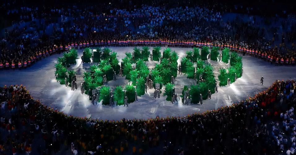 Arcos olímpicos foram montados no gramado do Maracanã após a saída da delegação brasileira
