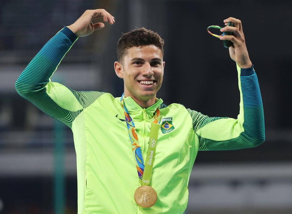 Que carisma! Thiago Braz recebe a medalha de ouro no salto com vara, comemora no pódio e pede aplausos ao francês