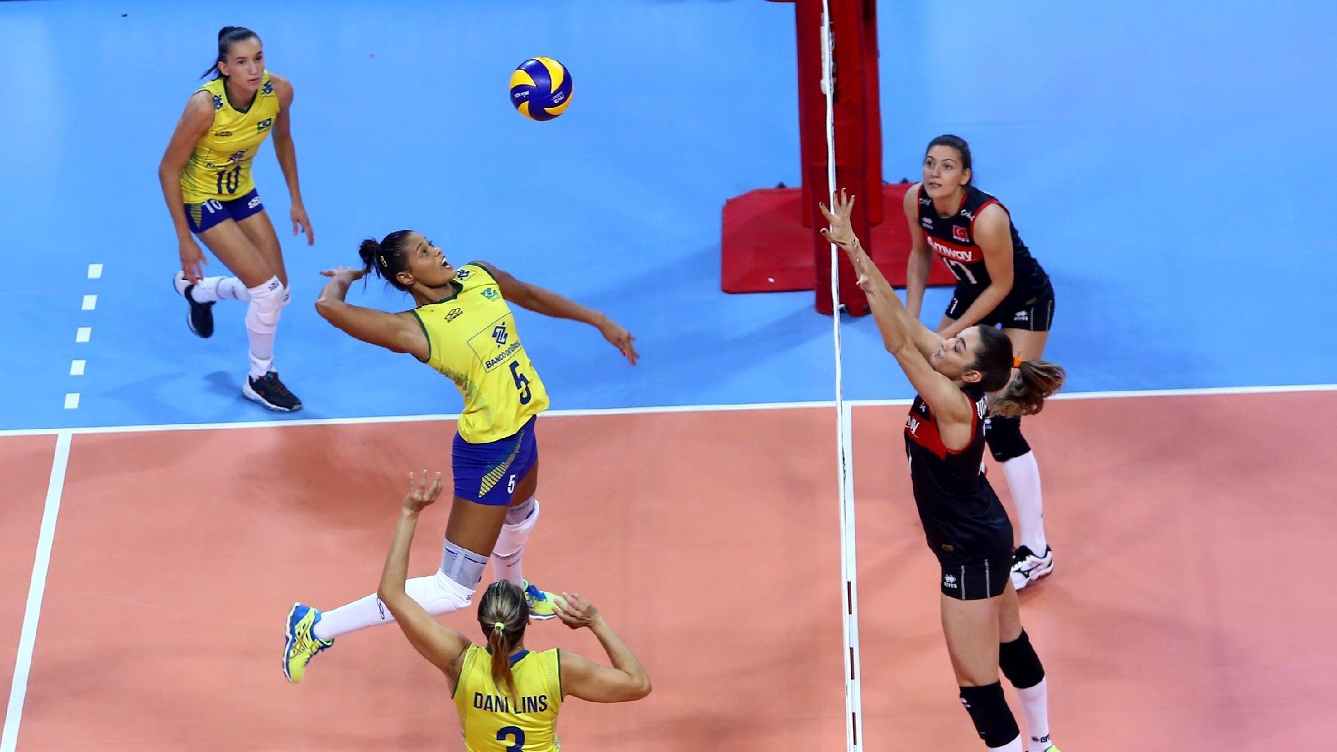 Seleção feminina de vôlei em jogo contra a Turquia no Grand Prix