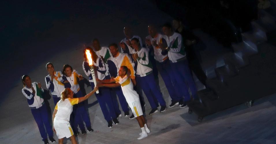 Medalhista olímpico de bronze em 2004, Vanderlei Cordeiro de Lima recebe a tocha olímpica de Hortência