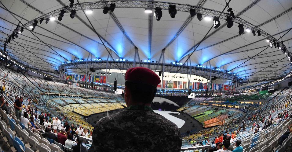 Membro da Força Nacional observa a chegada do público ao Maracanã, palco da cerimônia de abertura da Olimpíada