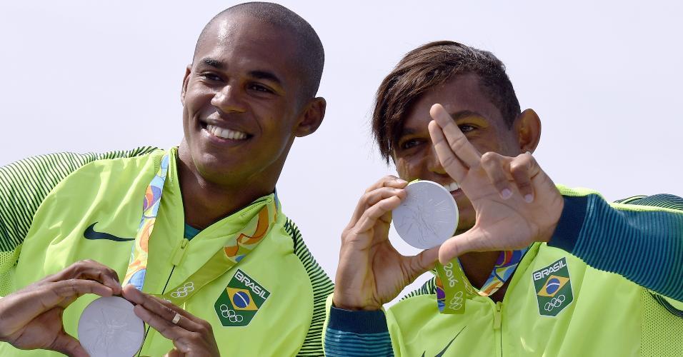Erlon Souza e Isaquias Queiroz com a medalha de prata da C2-1000m