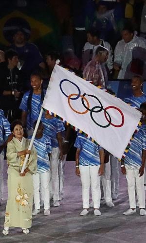 Yuriko Koike, governadora de Tóquio, agita a bandeira olímpica no Rio de Janeiro. A cidade japonesa receberá a próxima edição dos Jogos