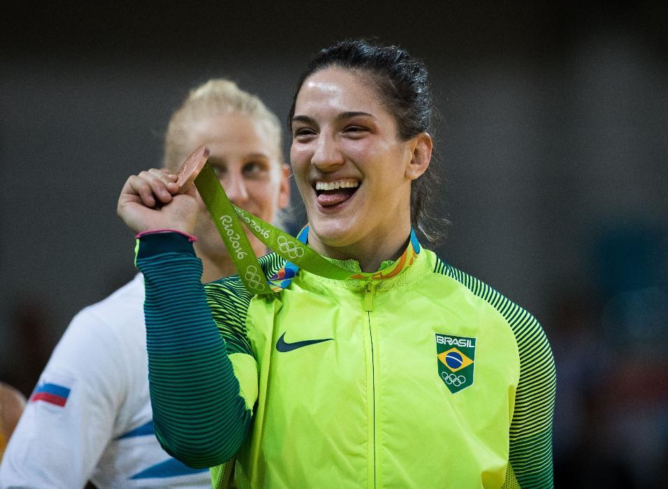 Mayra Aguiar mostra para a arquibancada da Arena Carioca 2 a medalha de bronze