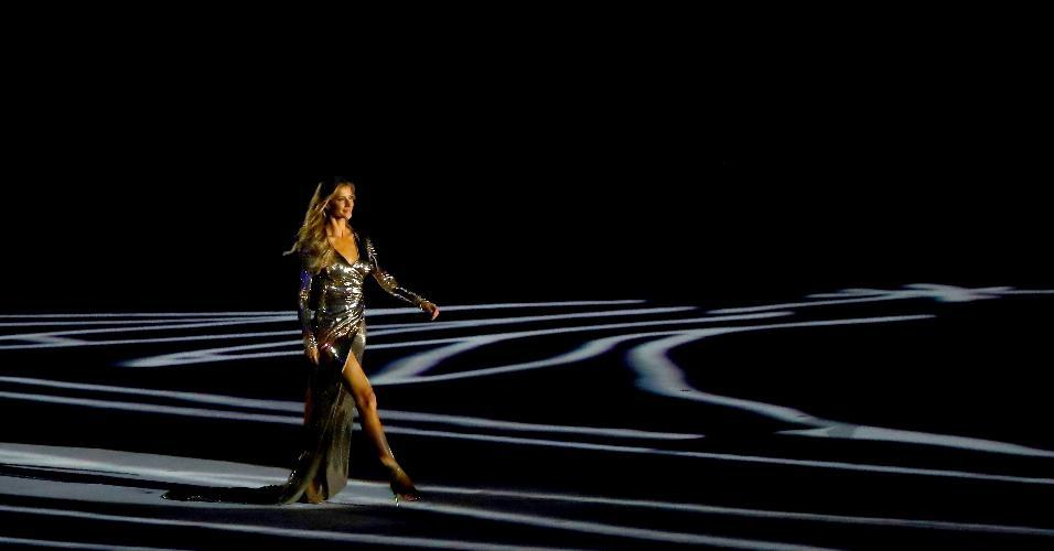 """A supermodelo Gisele Bundchen desfila ao som de """"Garota de Ipanema"""" na Cerimônia de Abertura da Rio-2016"""