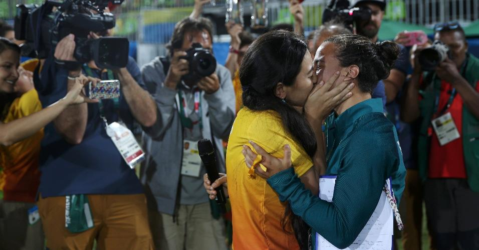 Marjorie Enya, voluntária dos Jogos Olímpicos de 2016, beija a namorada, a jogadora brasileira de rúgbi Isadora Cerullo, após pedir a atleta em casamento