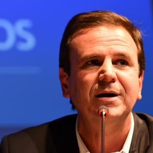 Paes foi internado no Rio por conta de um cálculo renal