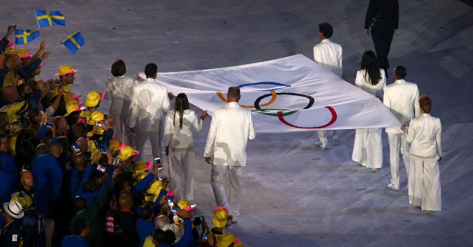 A bandeira olímpica entra no Maracanã com Emmanuel (vôlei de praia), Torben Grael (vela), Marta (futebol), Joaquim Cruz (atletismo), Sandra Pires (vôlei de praia) e Oscar Schmidt (basquete).