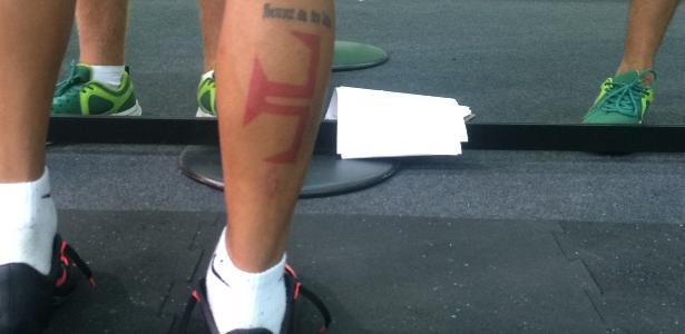 Tatuagem de brasileiro tem letra de música da torcida do Vasco