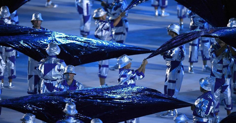 Performance artística durante a cerimônia de abertura da Olimpíada