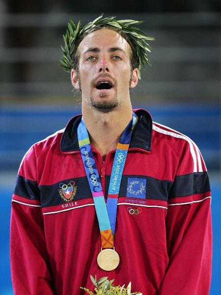 Nicolas Massú com ouro em Atenas - AFP PHOTO / Jacques DEMARTHON