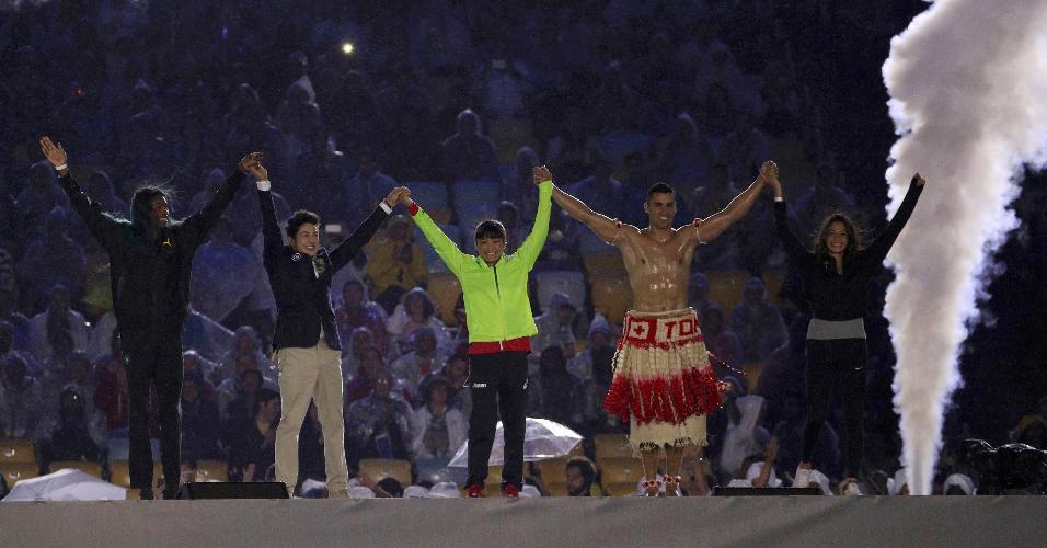 Arthur Nory (Brasil) e Nikolas Pita Taufatofua (Tonga) participam de performance na Cerimônia de Encerramento dos Jogos Olímpicos de 2016, no Rio de Janeiro