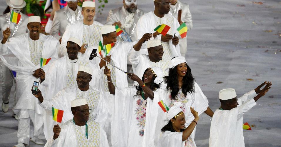 Com trajes típicos, atletas de Mali acenam para o público durante a cerimônia