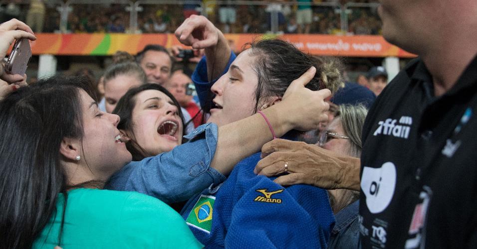 Mayra Aguiar vai para a galera depois de conquistar o bronze na Rio-2016