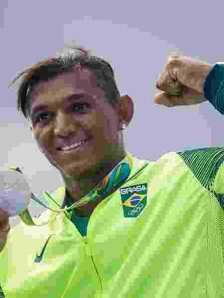 Isaquias Queiroz com uma das medalhas de prata conquistadas em 2016: foram 3 medalhas nas Olimpíadas do Rio - Eduardo Knapp/Folhapress
