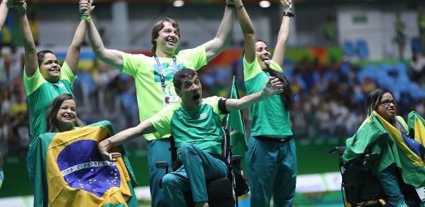 Conjunto brasileiro comemora medalha de ouro nas duplas mistas da bocha, classe BC3