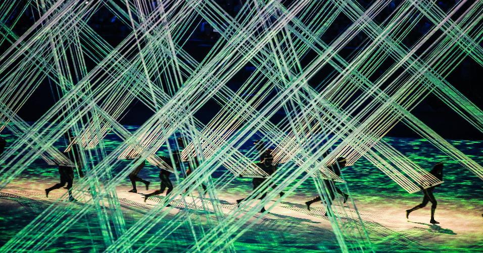 Dançarinos participam de performance durante a abertura