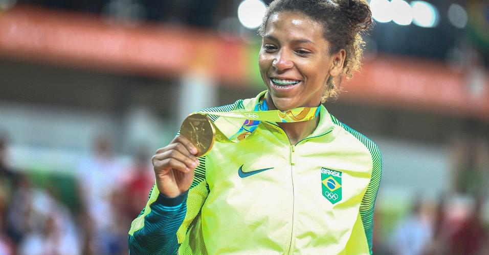 Rafaela Silva mostra medalha de ouro