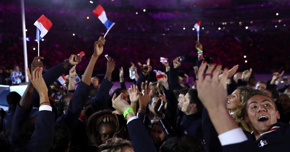 Franceses agitam pequenas bandeiras e aproveitam para fazer fotos no gramado do Maracanã