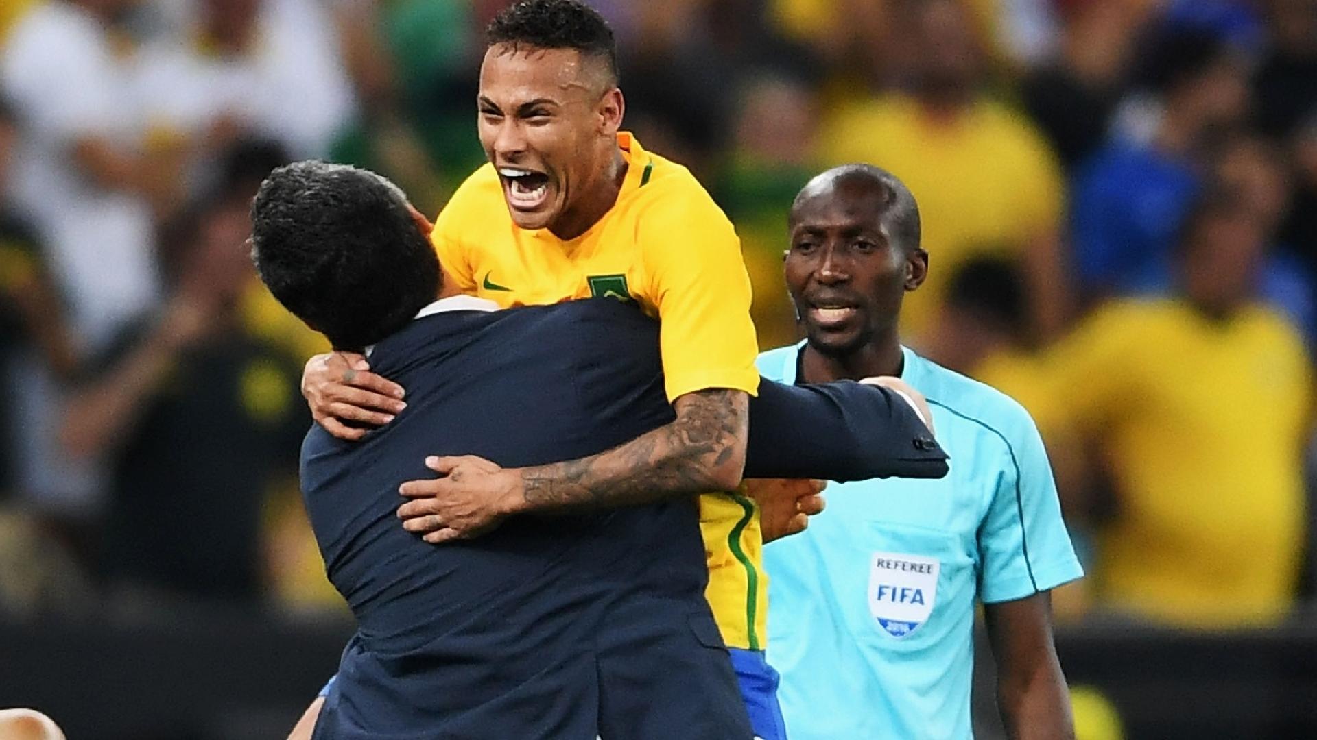 Neymar comemora com Rogério Micale após abrir o placar no Maracanã