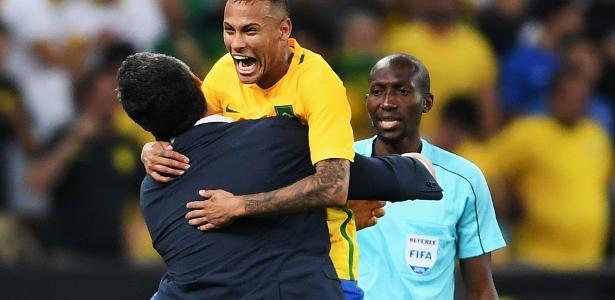 Neymar abraça Micale durante campanha do ouro olímpico