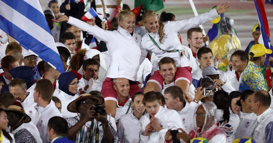 Atletas britânicas sobem nos ombros de seus compatriotas durante a festa. Clima é de descontração