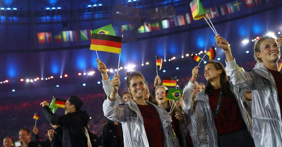Atletas alemães exibem bandeira do Brasil durante a cerimônia