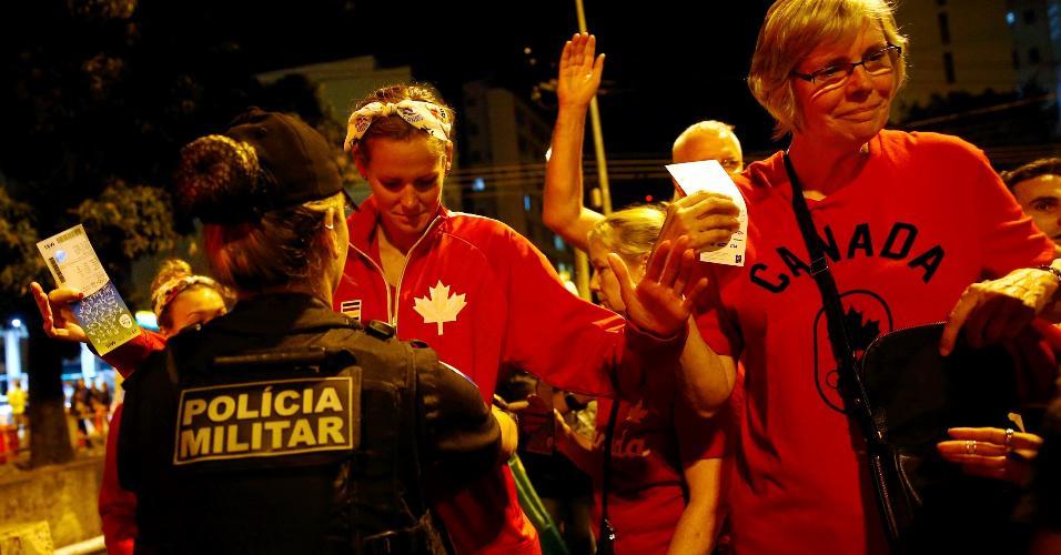 Canadenses são revistas por policial na entrada do Maracanã
