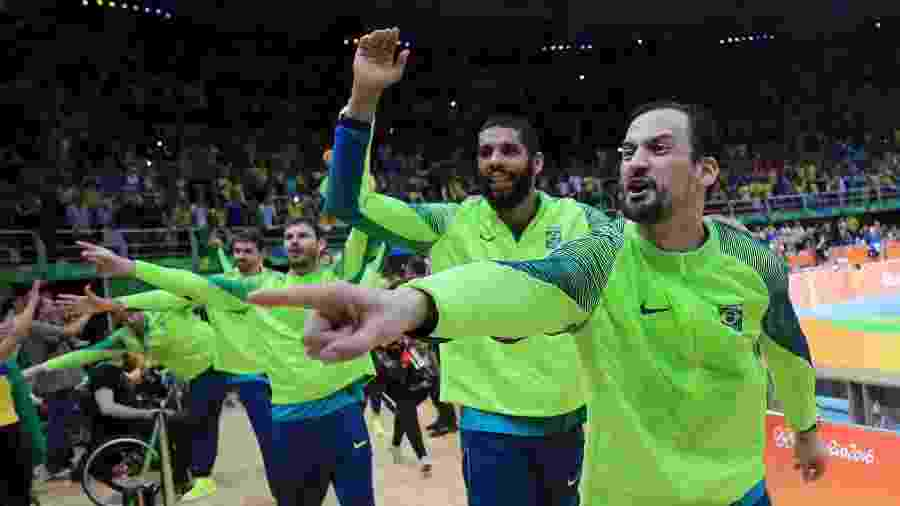Lipe e Wallace comemoram ouro do vôlei em volta olímpica no Maracanãzinho - REUTERS/Dominic Ebenbichler