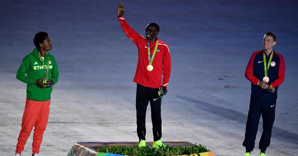 Durante a cerimônia de encerramento, o maratonista queniano Eliud Kipchoge recebeu sua medalha de ouro. Ele completou a prova em 2h08min44. Feyisa Lilesa, da Etiópia, ficou com a prata. Galen Rupp, dos Estados Unidos, completou o pódio