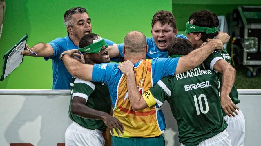 Brasileiros comemoram gol na final do futebol de cegos - Marcio Rodrigues/MPIX