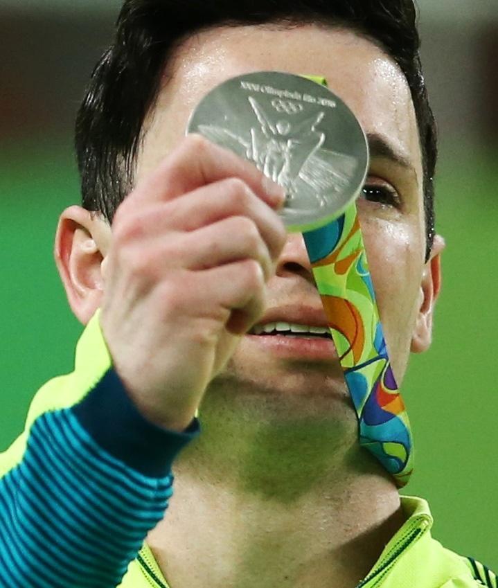 Diego Hypolito, com olho cheio de lágrima, exibe medalha de prata para o público